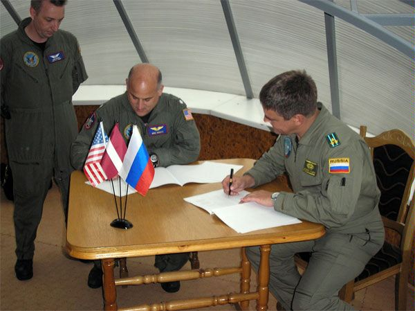 Russian and American representatives sign an agreement, 5 August 2006, before a U.S. flight under the Open Skies Treaty over Russia.