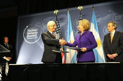 Secretary Clinton signs the Megaports Agreement with Argentine Foreign Minister Jorge Enrique Taiana.