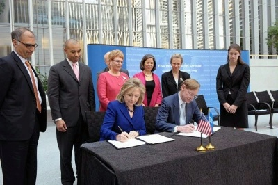 Date: 03/22/2011 Description: Secretary Clinton, on behalf of 17 USG agencies and World Bank President Robert Zoellick sign MOU on Water Cooperation, March 22, World Water Day, 2011 - State Dept Image
