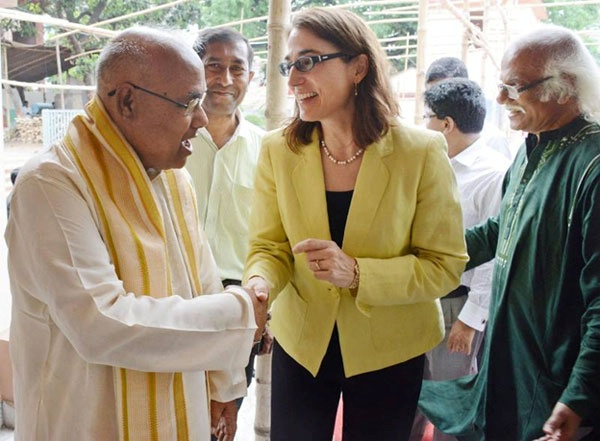 Under Secretary for Civilian Security, Democracy, and Human Rights Sarah Sewall meets Hindu, Muslim, and Christian religious leaders at the Dhakeshwari temple in Dhaka, Bangladesh. (March 2016)