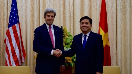 Secretary Kerry Greets Ho Chi Minh Cit Party Secretary Dinh La Thang